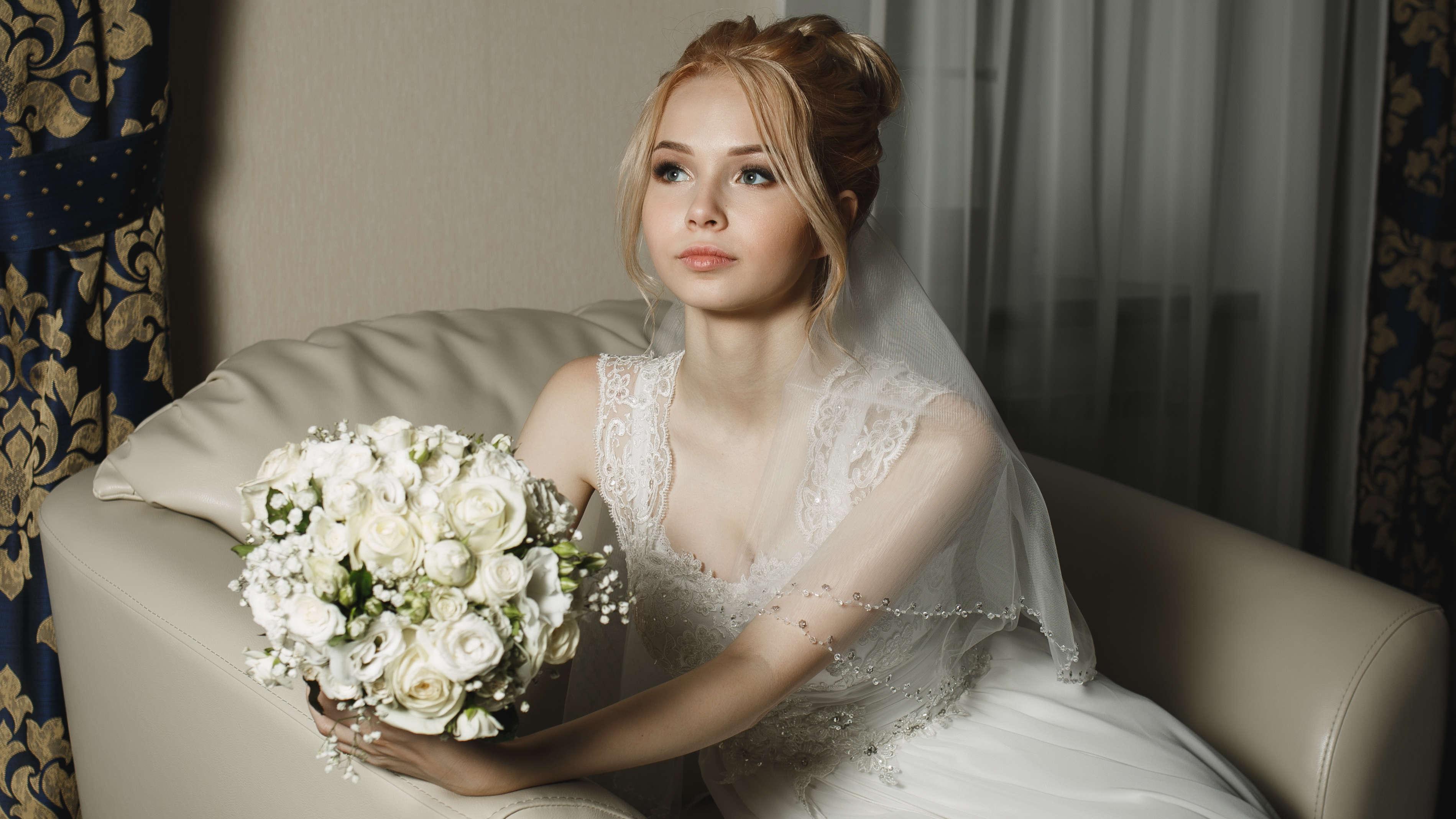 Фото невесты с букетом в отеле загородного клуба Малиновая Слобода