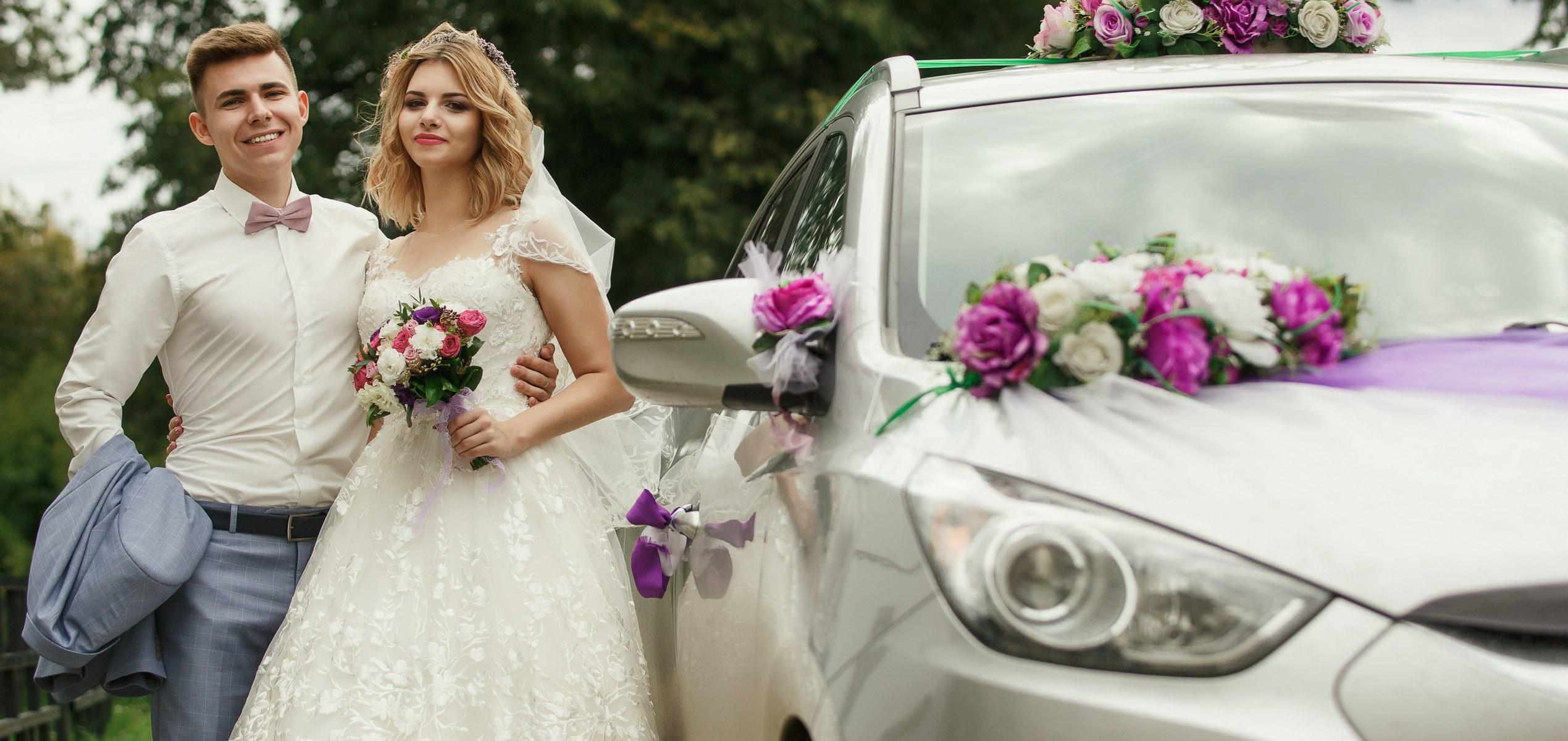 Свадебная прогулка, свадебное фото на фоне природы